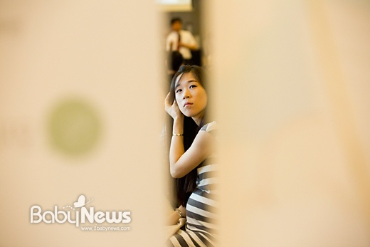 11일 오후 서울 강서구 화곡동 플로렌스파티하우스에서 열린 제176회 맘스클래스에서 한 임신부가 김태윤 강서미즈메디병원장의 강연을 들으며 자료화면을 바라보고 있다. 이기태 기자 likitae@ibabynews.com ⓒ베이비뉴스
